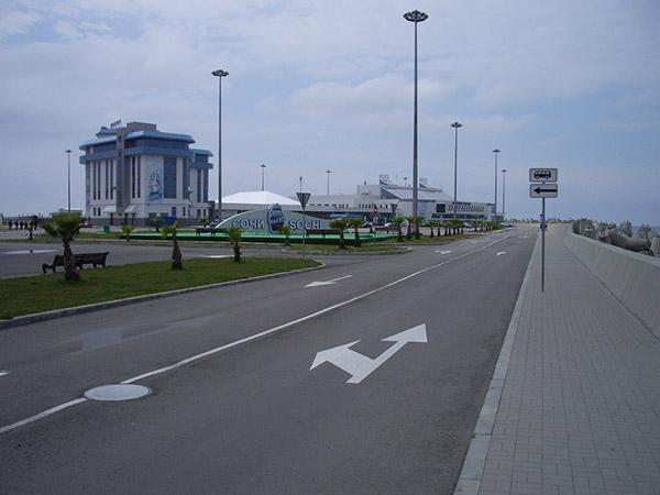 Справа здание Морвокзала